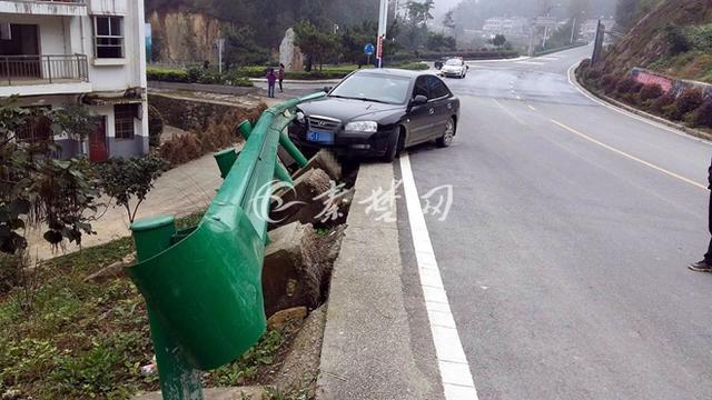 十堰男子将油门当刹车 不慎在弯道处撞上护栏