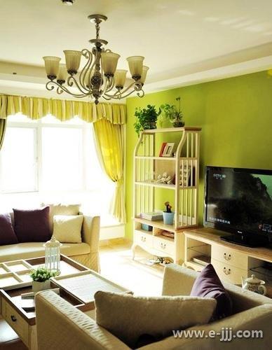 客厅的吊灯比较奢华,欧式的地中海的风格.