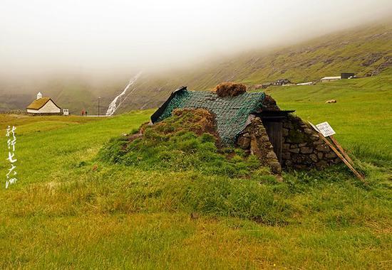 法罗群岛 融合在大自然中的草皮屋顶房