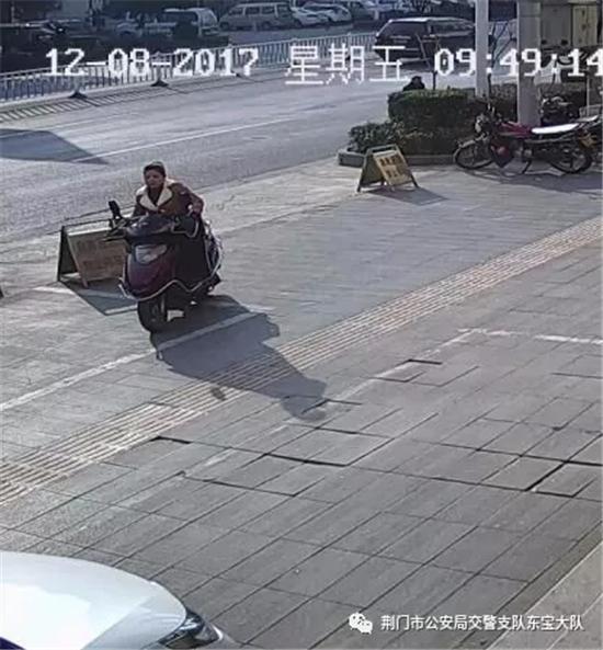 荆门一摩托车撞人逃逸