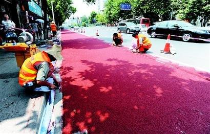 ...记者途经汉阳区拦江路和鹦鹉大道时看到,多名工人顶着烈日正在铺...图片 38236 410x262