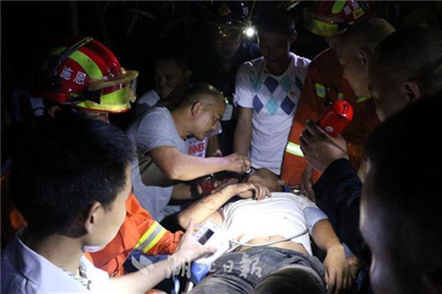 咸丰一挖掘机侧翻掉下20米半山腰 1人被困车内