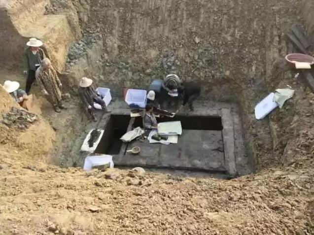 """荆州考古新发现!全国首次出土漆木器""""折叠几"""""""