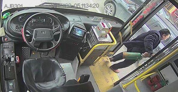 奥迪轿车路上突然自燃 公交司机经过挺身相救