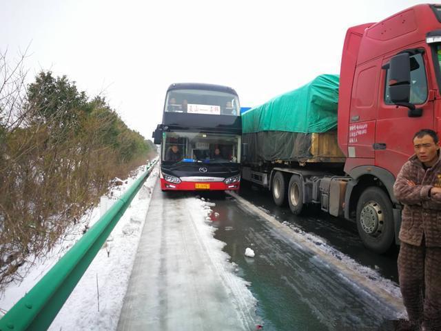 荆宜高速30余辆车冰雪中抢占应急车道 被重罚