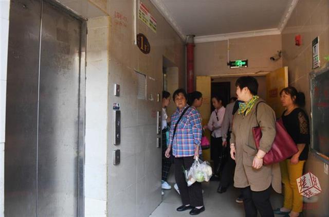 居民楼两部电梯一部停摆 住户早晚高峰排队出行