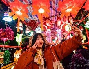 武汉一社区举办元宵灯会 数万件垃圾拼成环保花灯展