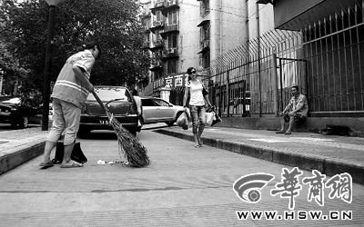大三女孩暑假期间风雨无阻替父亲扫街