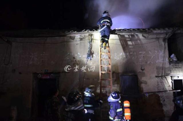 村民明火取暖烧穿屋顶 十堰消防提醒注意安全