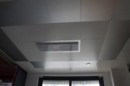 厨房的集成吊顶,在洗手台上面装了个射灯,洗东西时光线好啊!