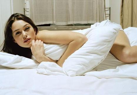 女生正面裸睡照_揭女人裸睡的七大好处:能舒缓紧张情绪