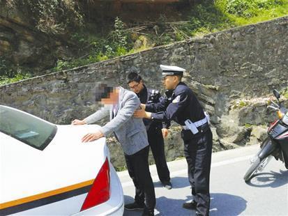 男子无证驾驶遇检查弃车逃跑 交警3小时将其抓获