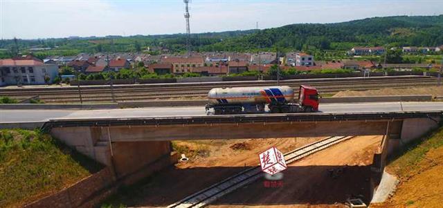 湖北一座桥频遭大车碾压 建桥企业欲限行受阻