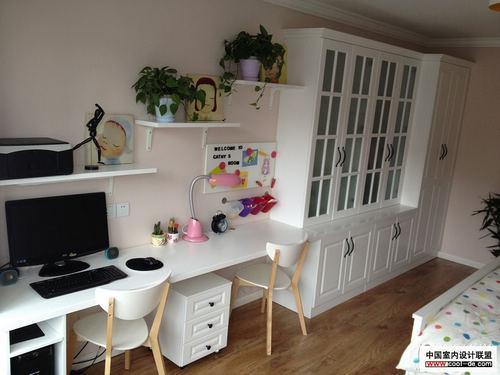 卧室里的书桌和书柜