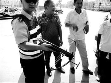 不惧弩机威胁 宜昌两市民追截肇事车(图)