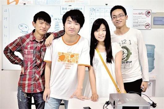 楚天都市报讯 图为:付小龙(左一)与部分团队成员在工作室合影图片
