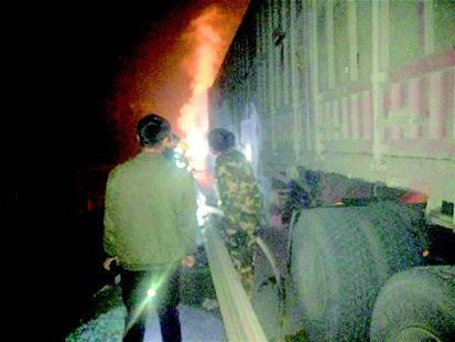 货车轮胎冒火仍在开 交警及时叫停并参与灭火