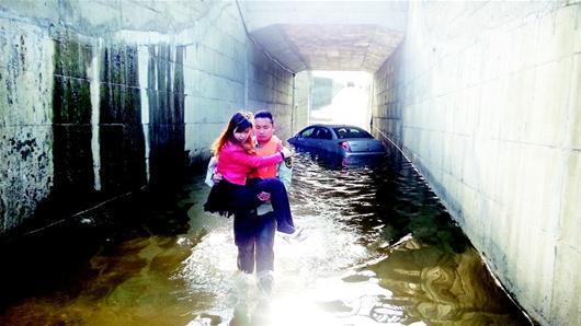 一女司机汽车抛锚被困涵洞 襄城消防哥涉水来救