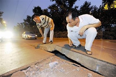 高温暴晒致武汉路面隆起 城管紧急抢修(图)