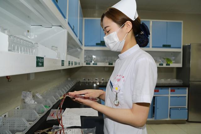 危重病人急需输血 美女护士用双手捂热血液