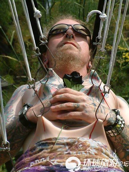 人体艺术专业人体艺术露逼汤水的那种_艺术or自虐? 恐怖的人体悬挂