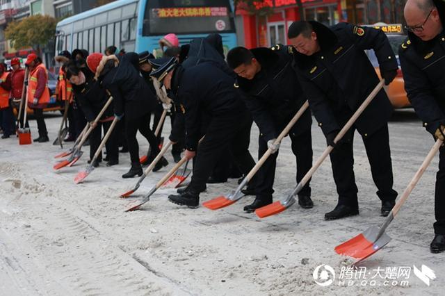 照片背后的故事:风雪很冷 他们温暖了整个荆门城