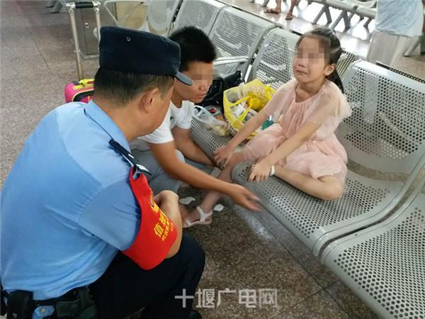 十堰火车站一父亲照看不周 女儿腿卡座椅缝隙