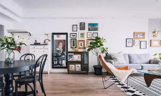 风格:北欧   客厅面积不大,地面通铺木质地板,搭配白色墙面图片