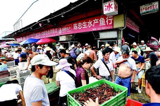 图为:小龙虾批发市场火爆