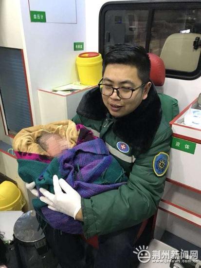 荆州一已婚在校女大学生突然生产 诞下9斤重男婴
