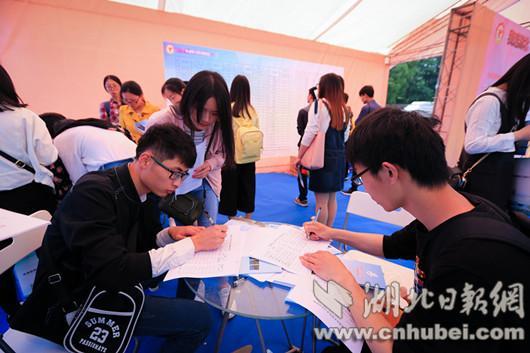 学生在填写意向实习实训岗表格。(记者 王振栋 摄)