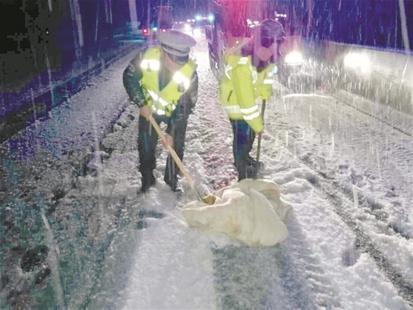 沪渝高速野三关积雪15厘米 高警连夜除雪保安全