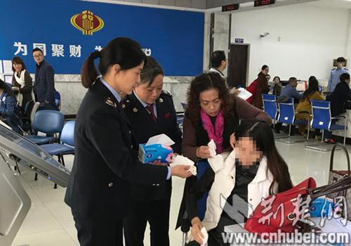 孕妇办税途中晕倒  襄城国税施以援手救助