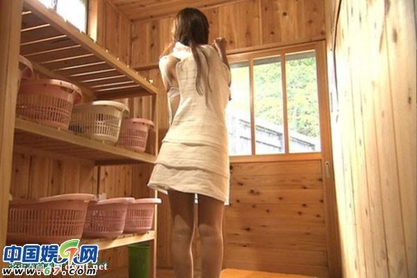 组图:日本美女主播全裸泡温泉录制旅游节目