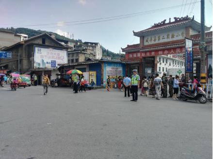 咸丰县交警开展 护学 行动 努力打造平安校园