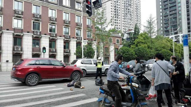 女司机斑马线上撞倒老夫妻 致两人骨折入院