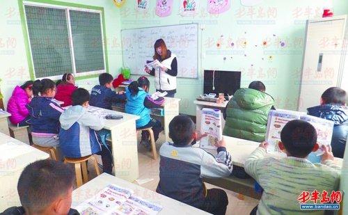 老师正在给学生上课.-暑期将至,补习班又热起来