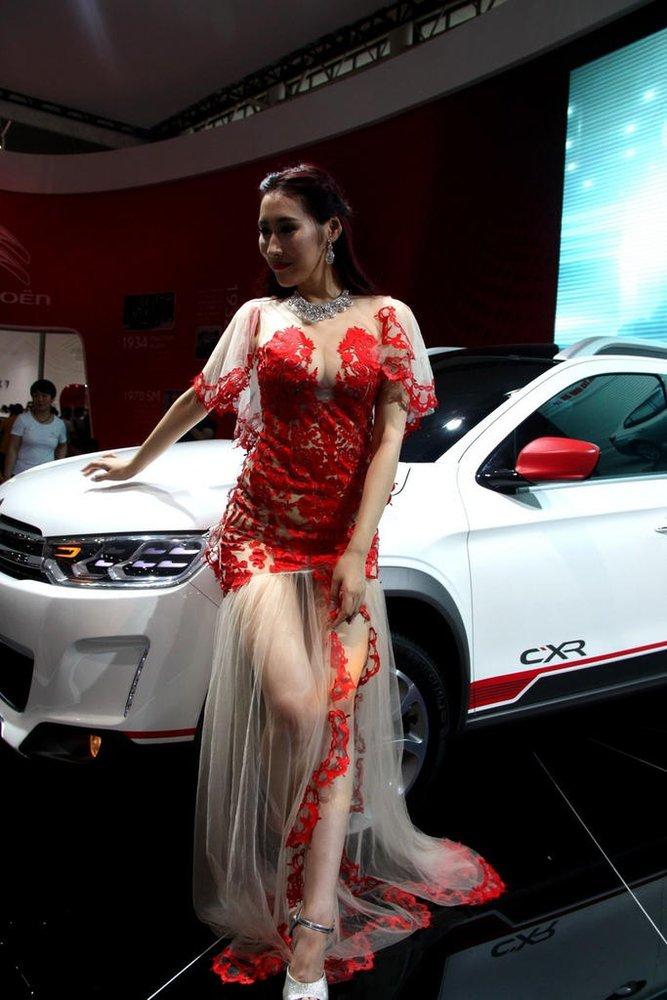 武汉一名车模穿透视装上车顶扮美人鱼 车模上