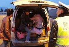 """高速交警打开后备箱吓一跳 里面坐了14个人""""</a></dd>"""