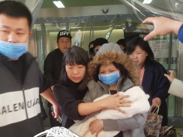 赵丽颖产后第三天出院 老公冯绍峰在一旁全程搀扶