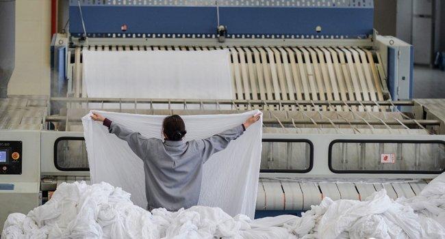 武汉最大洗衣房一天洗十万件 春运列车床单全在这