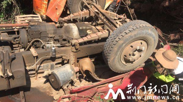 荆门一货车翻车 消防官兵紧急救助被困司机