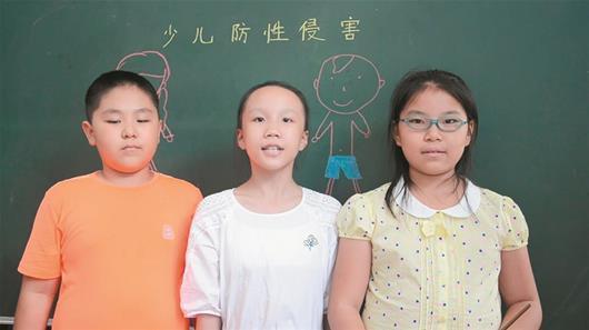 孩子们稚嫩的声音配合可爱生动的表情,还有板有眼在黑板上写着要点图片
