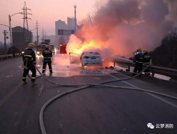 云梦一轿车清晨起火 轮胎炸裂火苗窜起近一米高