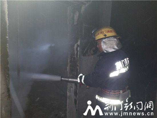 京山一公司车间起火 消防紧急出动成功扑灭