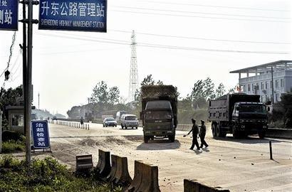图文:疯狂超载车加速冲岗撞飞武汉一路政员