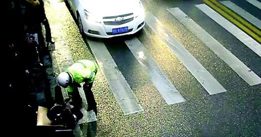 城区一男子雨中突然昏倒 协警找来厚纸板垫身下