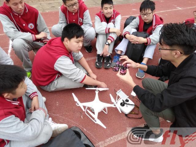 """武汉95后大学生从事""""无人机""""创业 年营收50万元"""