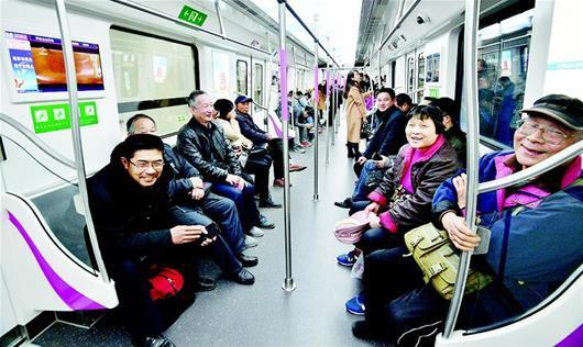 图为:市民体验地铁阳逻线
