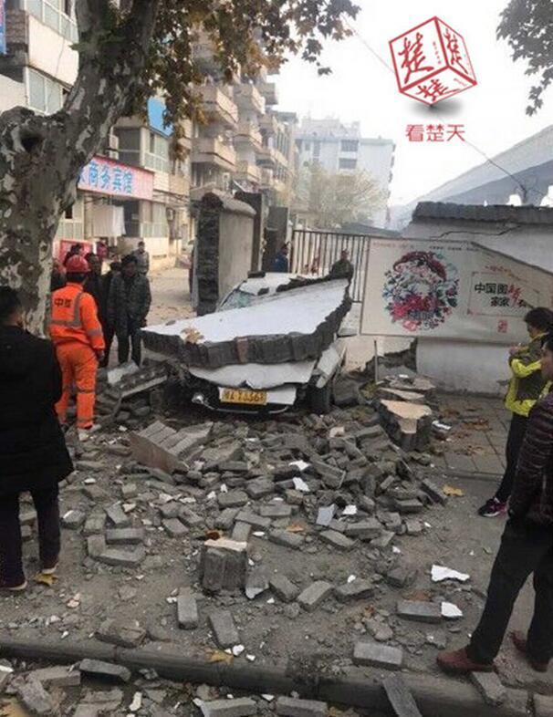 驾校女学员练车撞垮训练场院墙 路人被砖块砸伤